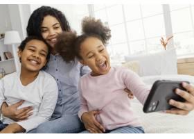 笑容满面的妈妈和孩子在家自拍_13108851