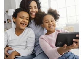 笑容满面的妈妈和孩子在家自拍_13108852