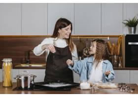 笑容满面的母女俩在家里的厨房里一起做饭_11766015