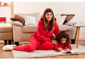 笑着的年轻女子教女儿写字快乐的母亲和孩_12431935