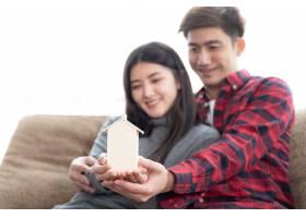 选择性聚焦手边的年轻夫妇在卧室的沙发上拿_5392730