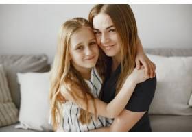 长发女孩快乐的妈妈和女儿在一起女儿拥_13273616