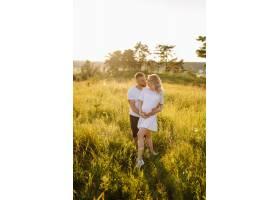 阳光明媚的一天一对恩爱的情侣在公园散步_12967191