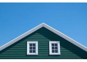 阳光明媚的日子里绿色的房子和蓝天的白色_1233419