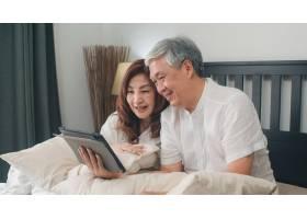 亚洲老年夫妇在家使用平板电脑亚洲年长的_5820724