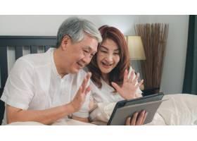 亚洲老年夫妇在家使用平板电脑亚洲年长的_5820726