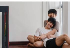 亚裔同性恋情侣在家中躺在地板上拥抱清晨_6136974