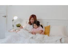 亚裔奶奶在家给孙女读童话年长的中国人_5820836