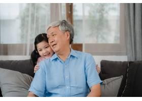亚裔爷爷在家里和孙女聊天年长的中国人_5820815