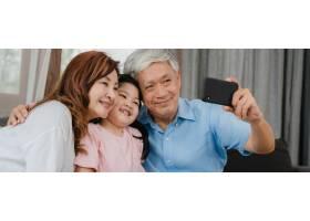 亚裔祖父母在家与孙女自拍年长的中国人开_5820804