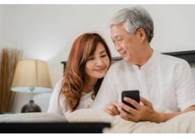 亚裔老年夫妇在家中使用手机亚洲年长的华_5820714