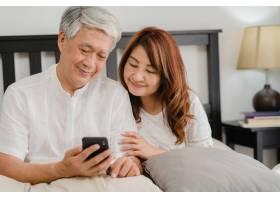 亚裔老年夫妇在家中使用手机亚洲年长的华_5820716