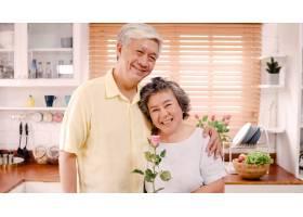 亚裔老年夫妇在家中的厨房里放松的同时微_4396422