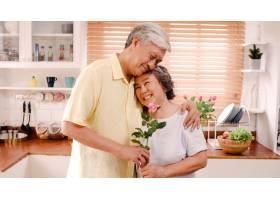 亚裔老年夫妇在家中的厨房里放松的同时微_4396424