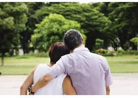 亚裔高年级夫妇在公园后方观赏免费形象_2789141