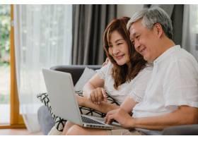 亚裔高年级夫妇在家视频通话亚洲年长的中_5820752