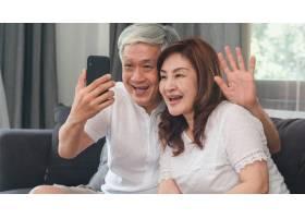 亚裔高年级夫妇在家视频通话亚洲年长的中_5820787