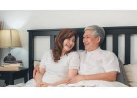 亚裔高年级夫妇在家里的床上聊天亚洲年长_5820742