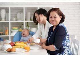 优雅的亚洲女性与家人共进早餐_5577371