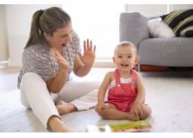 兴奋的小女孩坐在地板上和妈妈玩耍快乐的_11622329