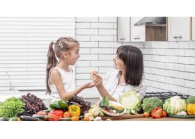 兴高采烈的母女俩正在一间明亮的现代化厨房_12898262