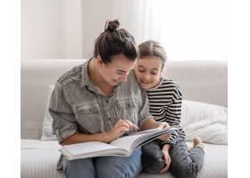 兴高采烈的母女俩正在家里休息一起看书_13333877