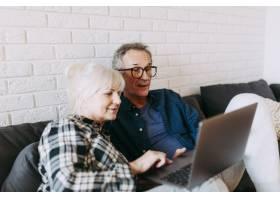 养老院里的老年夫妇使用笔记本电脑_2284865