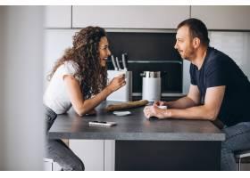 在厨房一起喝咖啡的情侣_8380252