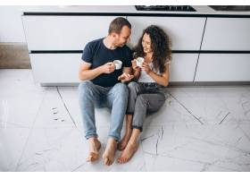 在厨房一起喝咖啡的情侣_9784074