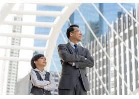 在商业区为亚洲商人和他的儿子画像_11872256