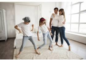 在家里孩子们在他们慈爱的父母面前跳舞_5116592