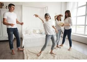 在家里男孩戴着帽子在父母和妹妹面前跳舞_5116595