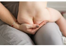 婴儿的臀部和脚在母亲的手中母亲把新生儿_3337128