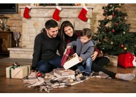 一家人在圣诞节时坐在烟囱边_1469453