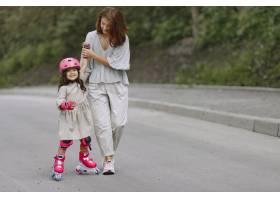 一家人在夏季公园里母亲穿着上衣拿着滚_10165852