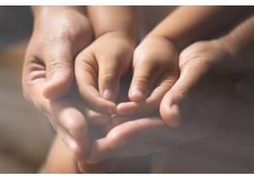 一家人在室内祈祷_5598652