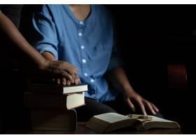 一家人在木桌上一起祈祷_5507806