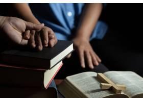 一家人在木桌上一起祈祷_5507808