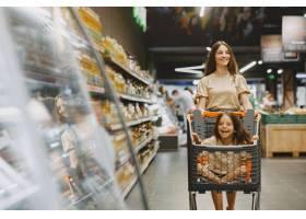 一家人在超市穿棕色T恤的女人人们选择_11757194