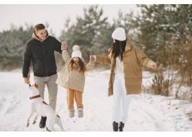 一家人戴着针织冬帽度假_13180987