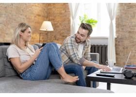 一对夫妇在家中与家人进行视频通话_13453447