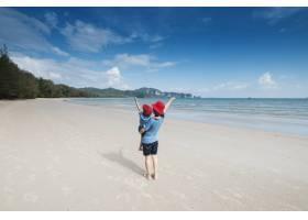 一对母子在海滩上在户外大海和蓝天_1287484