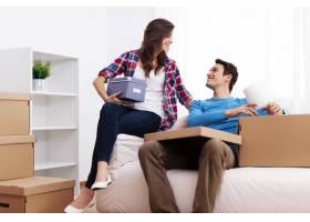 一对恩爱的夫妇在新家打开行李_12928061