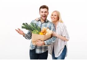 一对手持纸购物袋的幸福夫妇的肖像_6729738