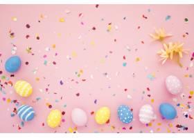 一排复活节彩蛋夹在鲜艳的五彩纸屑之间_3817285