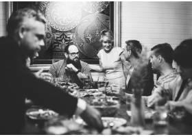 一群形形色色的朋友在一起共进晚餐_2771350