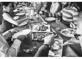一群形形色色的朋友在一起共进晚餐_2771352