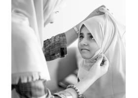 穆斯林母亲教女儿如何戴头巾_2770926