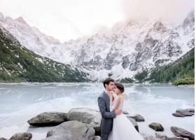 身着婚纱的柔情情侣在冰冻的湖面和白雪覆盖_7497146