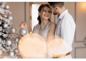 身着银色长袍的花哨男男女女温柔地站在圣诞_3986999
